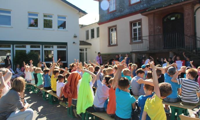 Schülervollversammlung Handzeichen